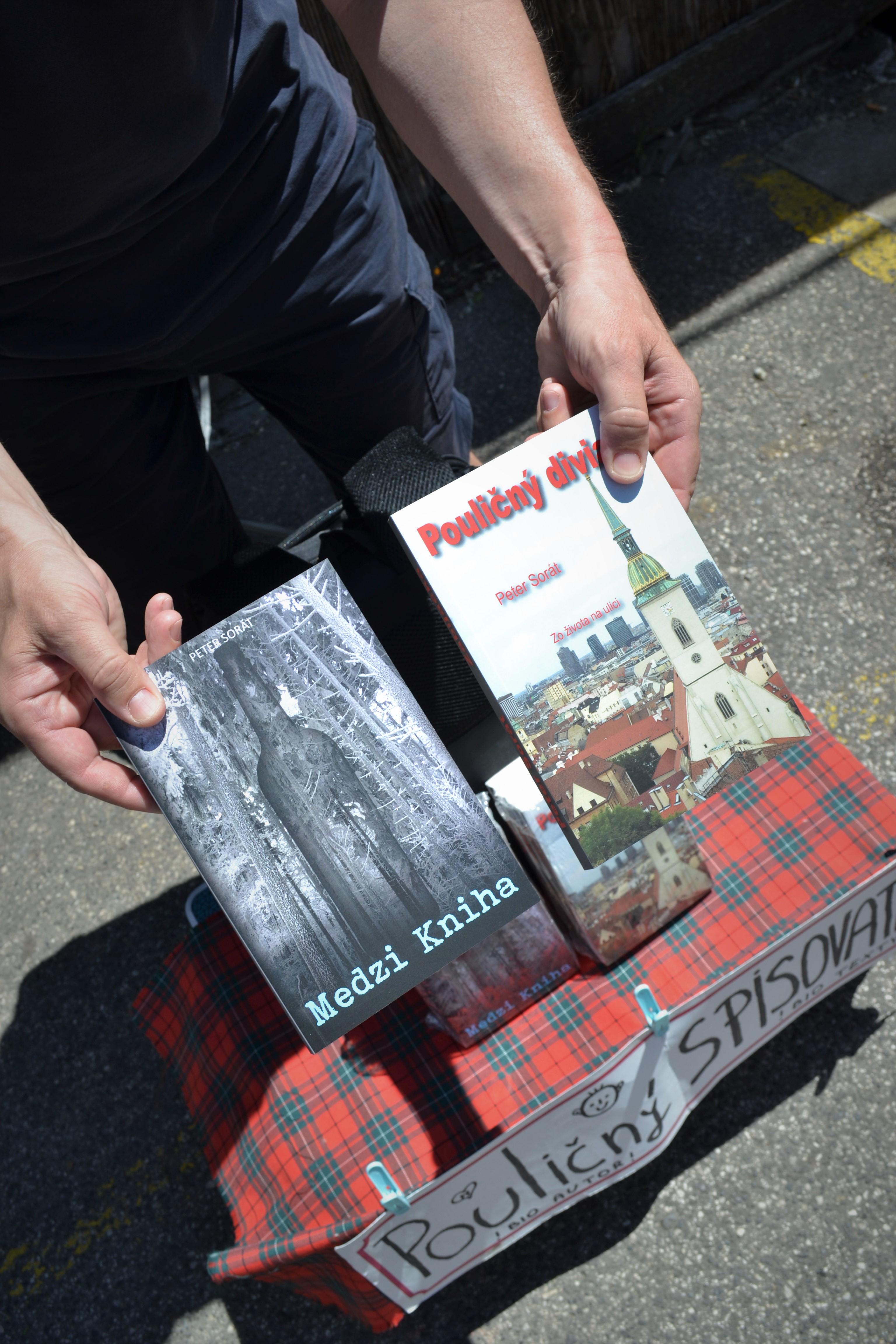 """Petet Sorat predáva svoje knihy """"z pultov ulíc"""" nielen na bratislavskom trhovisku, ale aj po jarmokoch na Slovensku. Zdroj: Alžbeta Jánošíková"""