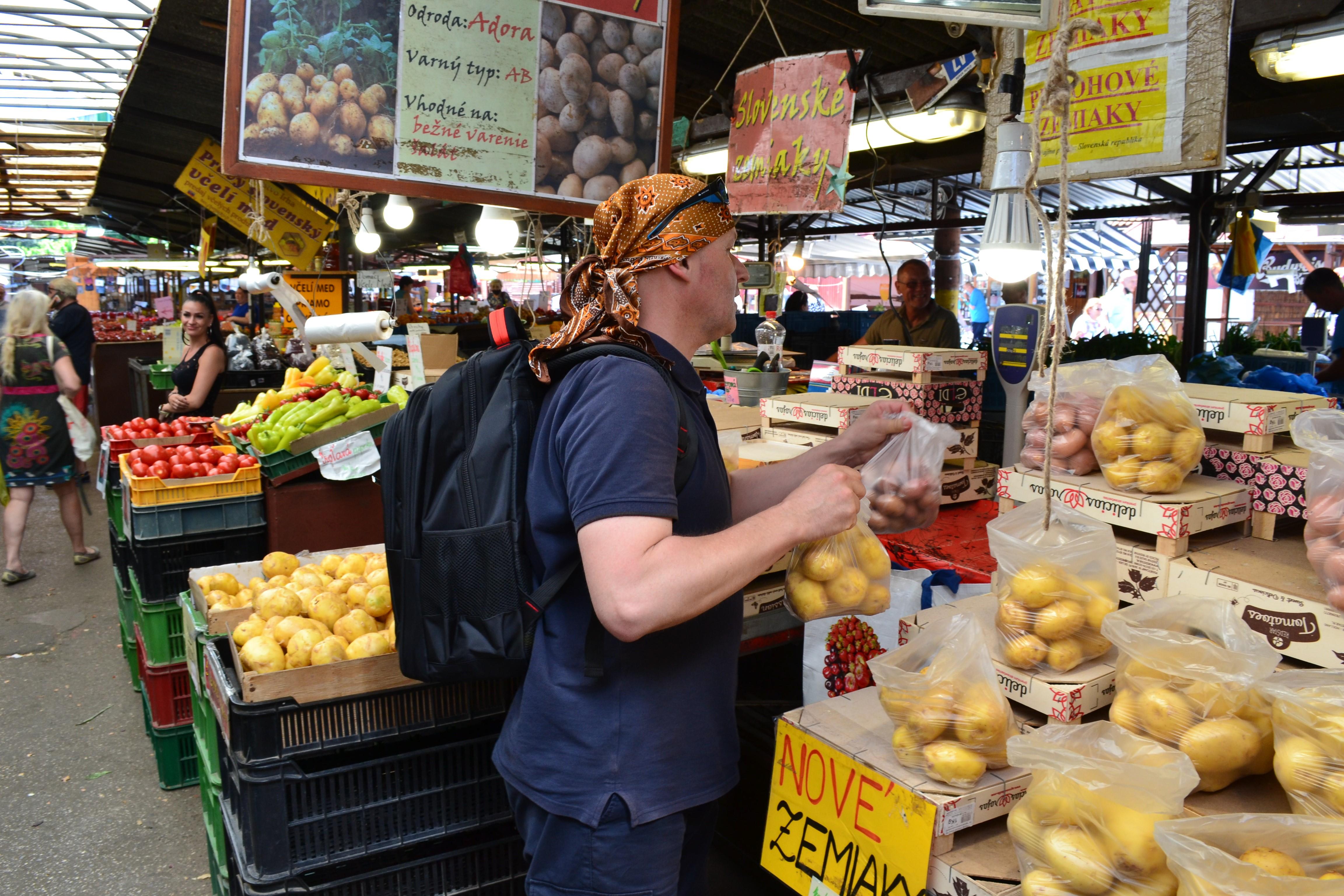 Peter Sorat si našiel na Trhovisku Miletičova svoje obľúbené stánky s ovocím a zeleninou. Zdroj: Alžbeta Jánošíková