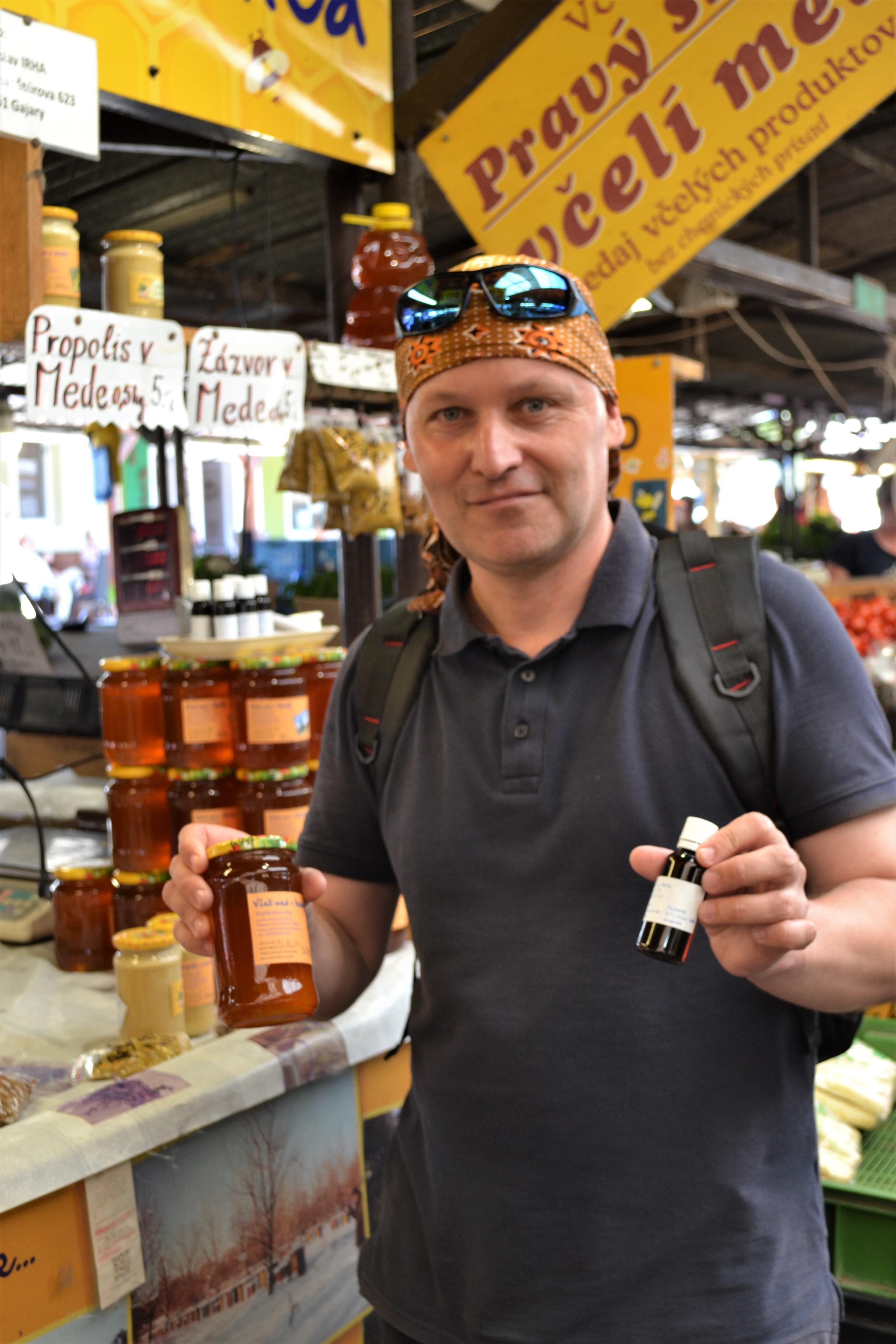 Peter Sorat na nákupe domáceho medu na Trhovisku Miletičova. Zdroj: Alžbeta Jánošíková