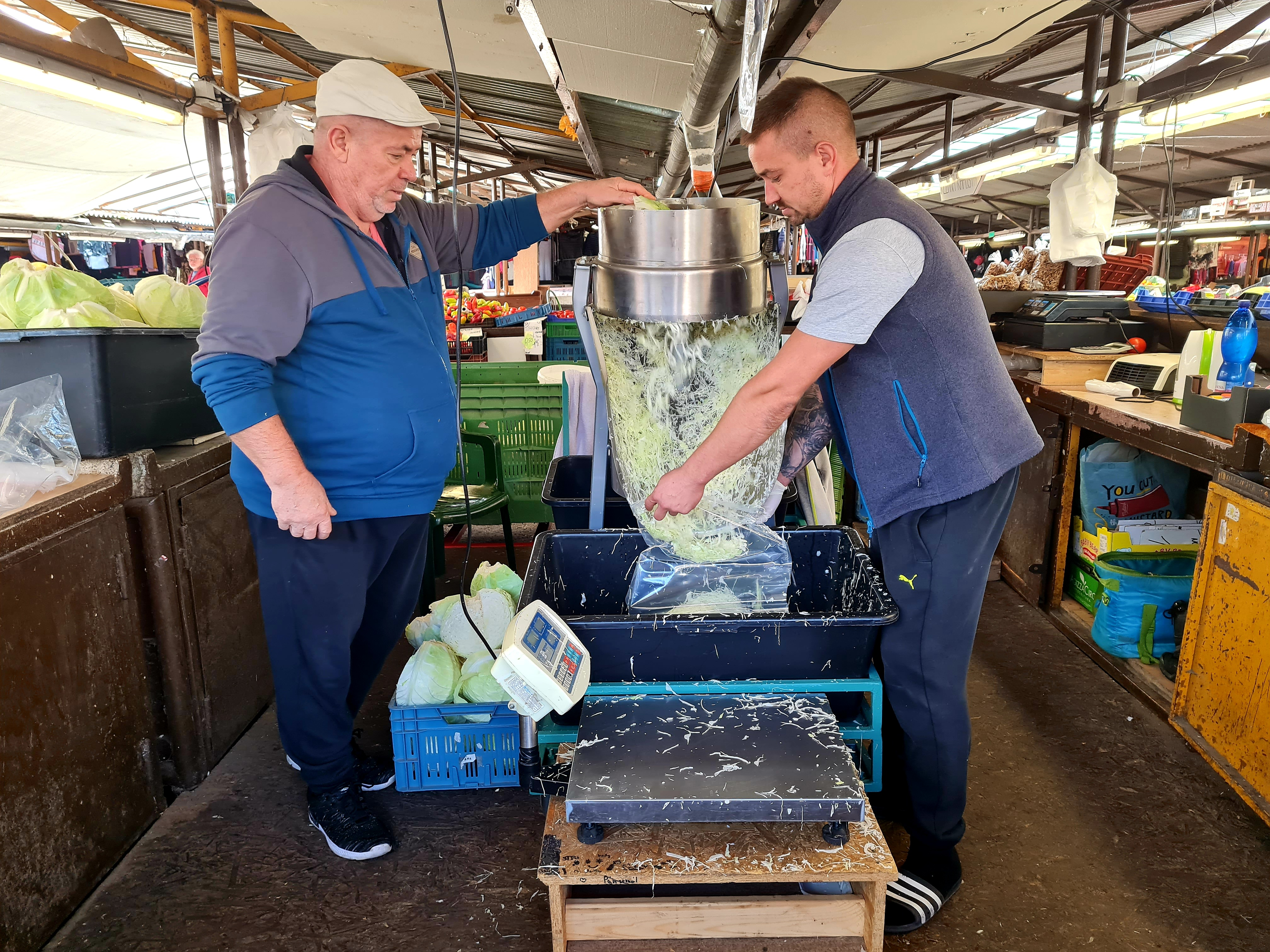 Na Trhovisku Miletičova sa už predáva čerstvo narezaná domáca kapusta