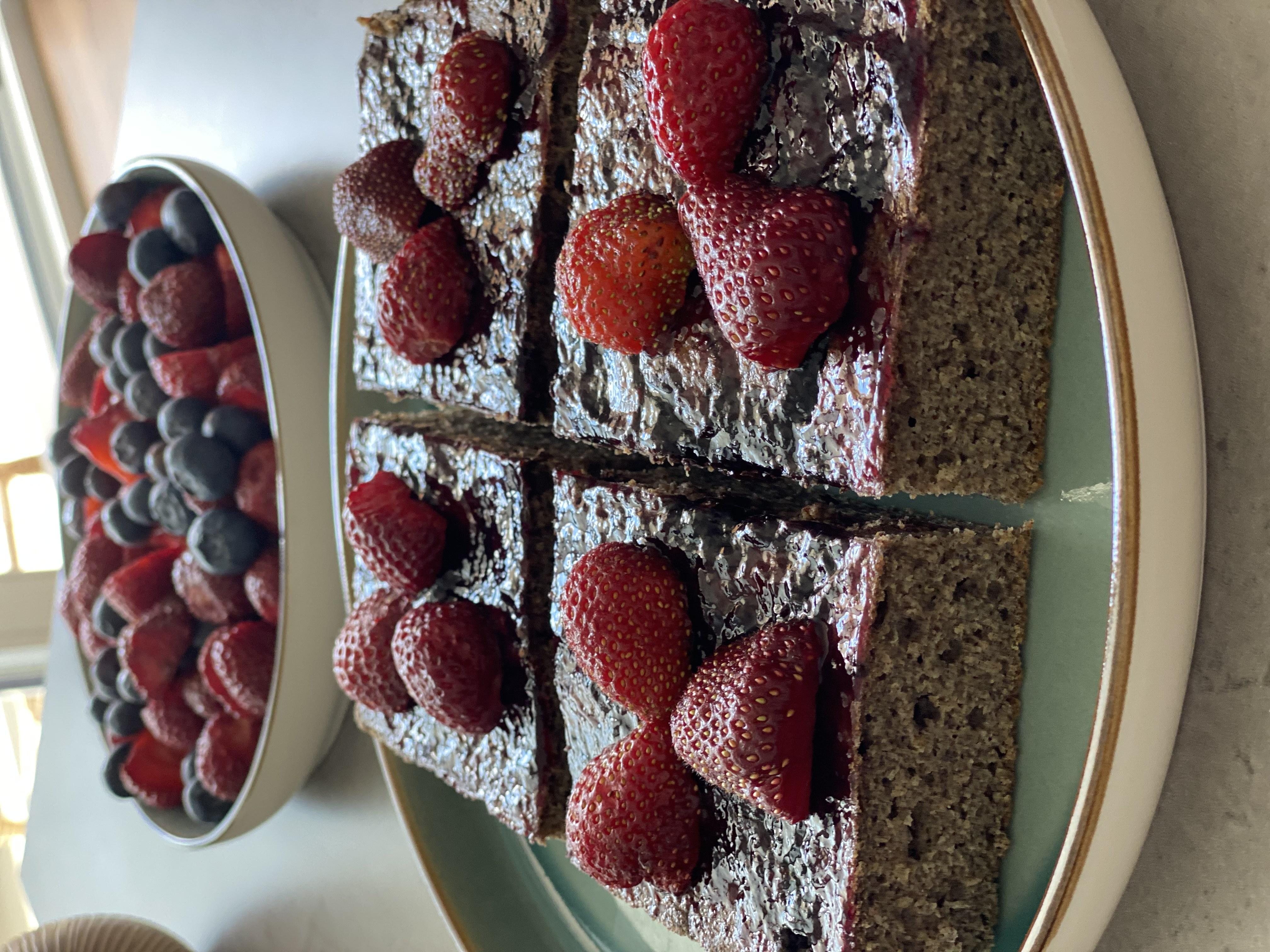 Makový koláč s čučoriedkovou polevou vhodný aj pre malé deti. Inšpirujte sa receptom od výživovej poradkyne