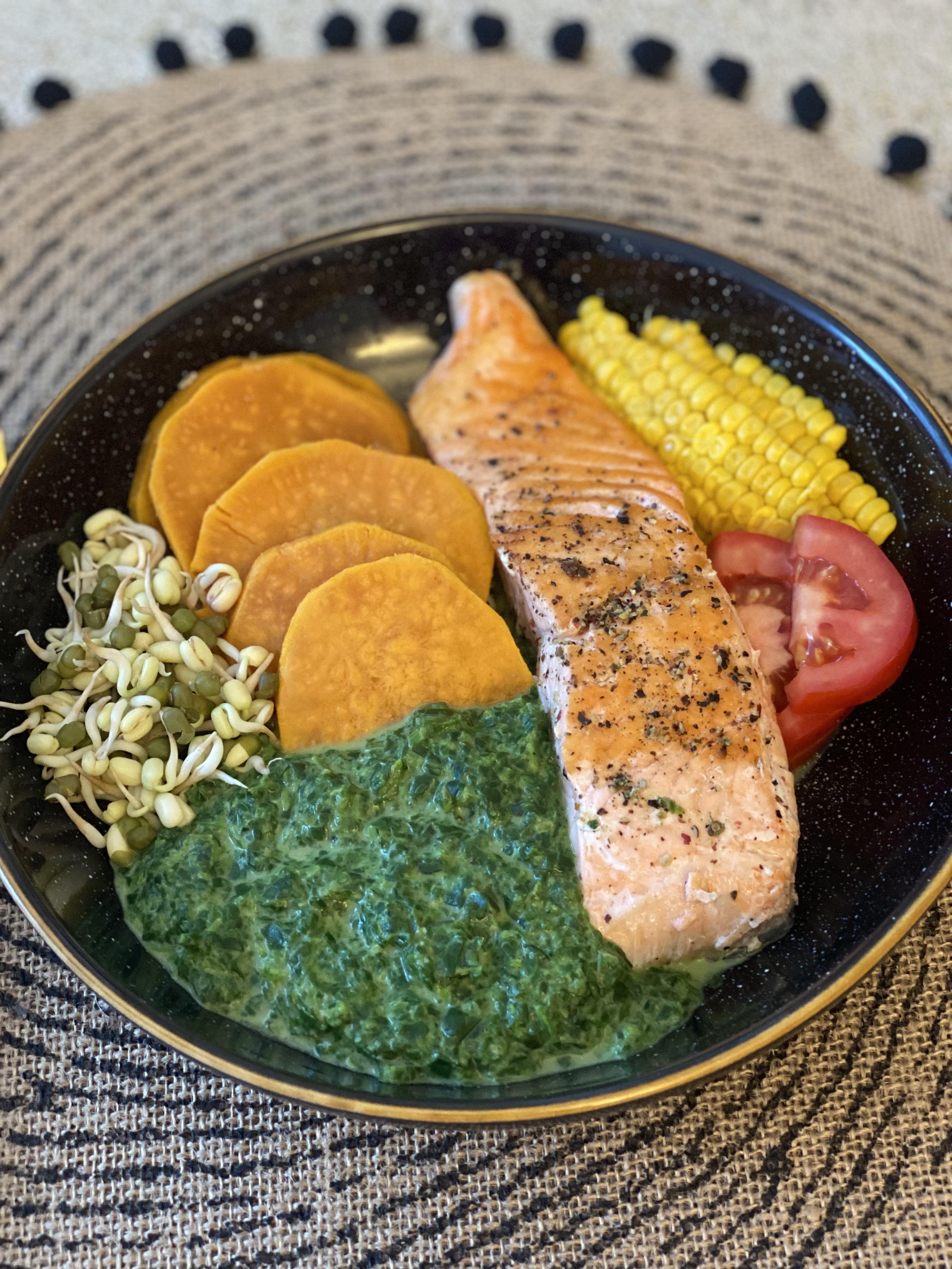 Fit recept na losos so sladkými zemiakmi a špenátom, ktorý vás dostane po lete opäť do formy